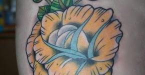 Tatuaje flor en el muslo