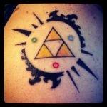 Búho tatuado en el pecho