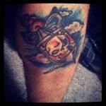 Una mujer tatuada en el brazo