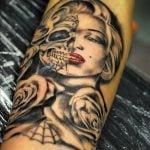 Tatuaje círculo en la mano