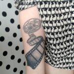Tatuaje Calvin y Hobbes para mujer