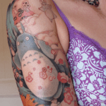 Tatuaje en brazo y mano tribal
