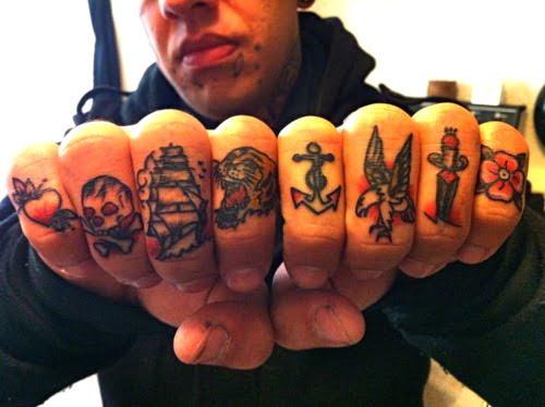 tattoos en los nudillos