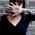 Tatuaje en el craneo de mujer