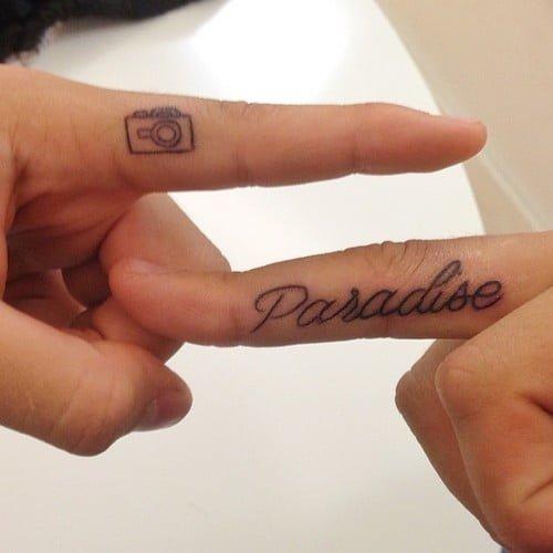 Tatuajes de frases en los dedos