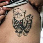 Caricaturas tatuadas en la espalda