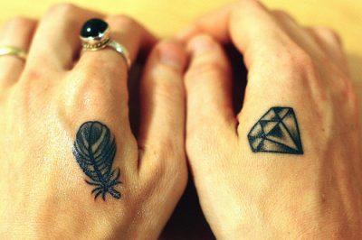 tatuajes pequeños en las manos