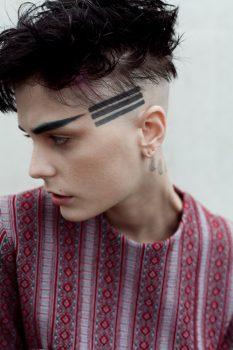 Lineas tatuadas en la cabeza