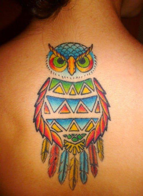 buho colorido en la espalda de una mujer
