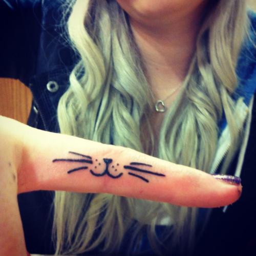 Tatuaje gato en dedo