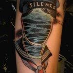 Tatuaje de un emblema en hombro y pecho
