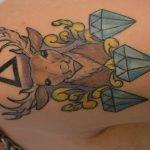 Búho tatuado en la espalda de joven