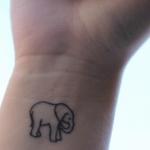 Tatuajes con tinta roja en espalda y brazo