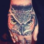 Buho tatuado en el reverso