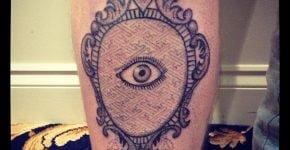 Brazo tatuado con un espejo