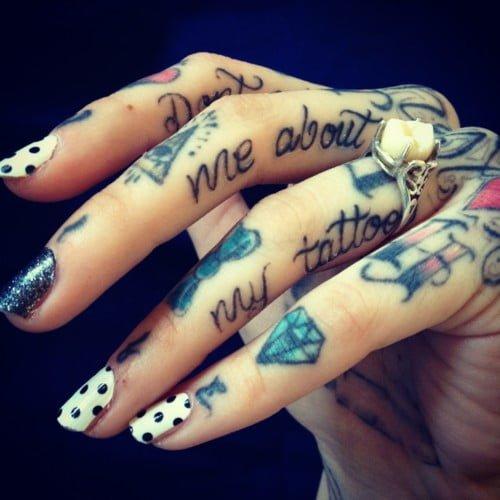 Tatuajes de frases entre los dedos