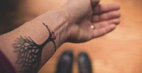 Tatuaje corazón y arbol