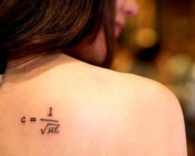 Tatuaje sobre la velocidad de la luz