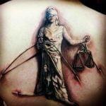 Tatuaje de brújula en hombro