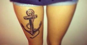 Ancla tatuada en la pierna