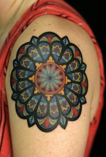 Tatuajes de vitrales en hombro