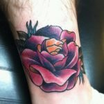 Búho tatuado en el dorso de la mano