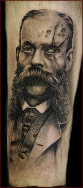 Tatuaje retrato zombie en brazo