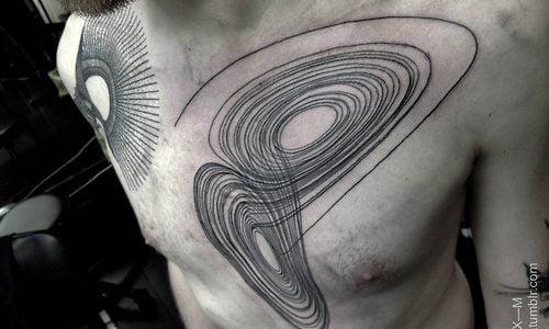 Tatuaje infinito en el pecho