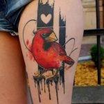 Tatuaje pájaro amarillo en abdomen