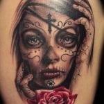 Espirales tatuadas en la cabeza