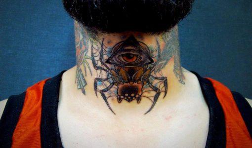 Tatuaje de araña en la garganta