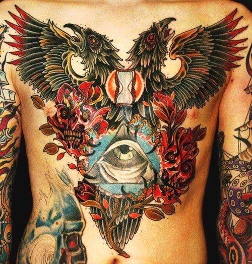 Dos águilas tatuadas en el pecho