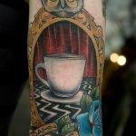Tatuaje de cruz en la nuca