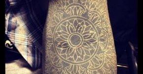 Tatuajes detallados en el brazo