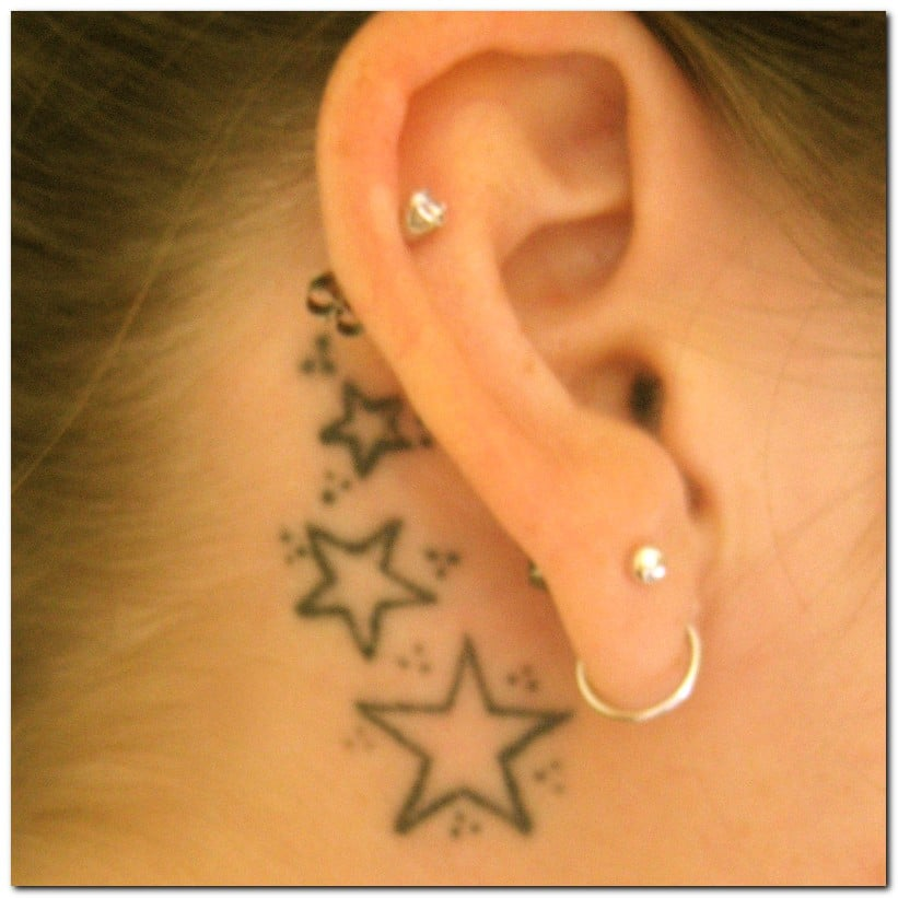 Tatuaje estrellas detras oreja