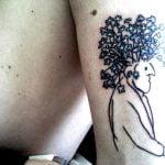 Frase en inglés tatuada en la espalda