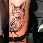 Tatuaje de una libélula en el hombro