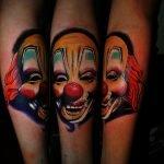 Tatuaje de heroglíficos en la espalda