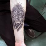 Tatuaje d eun lobo en el antebrazo