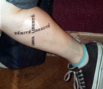 Tatuajes de frases en la pierna