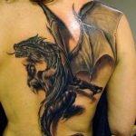 Tatuaje skater en la espalda