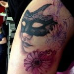 Tatuaje de escarabajo en la espalda