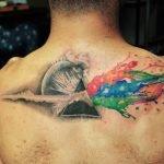 Tatuaje de una niña sobre un pez