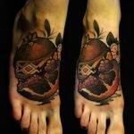 Tatuaje  de espigas en cadera y abdomen