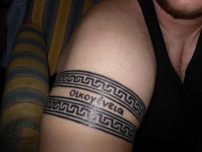 Tatuaje bandas en brazo