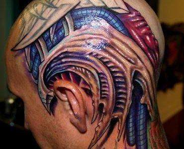 tatuaje de una cabeza biomecánica