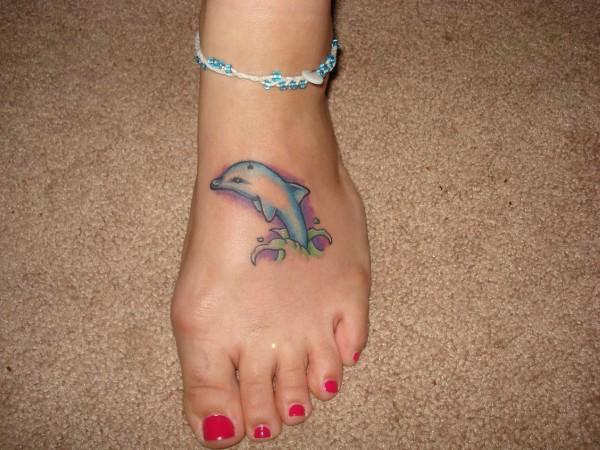 Delfin tatuado en el pie
