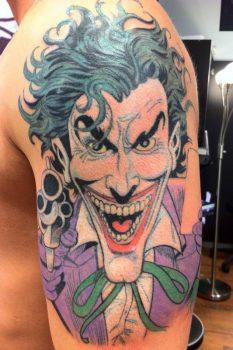 Guasón tatuado en brazo
