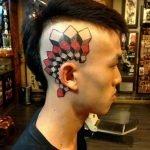 Prismas tatuados en el brazo