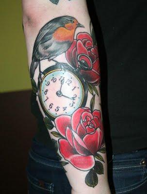 Tatuaje de reloj, rosas y ave